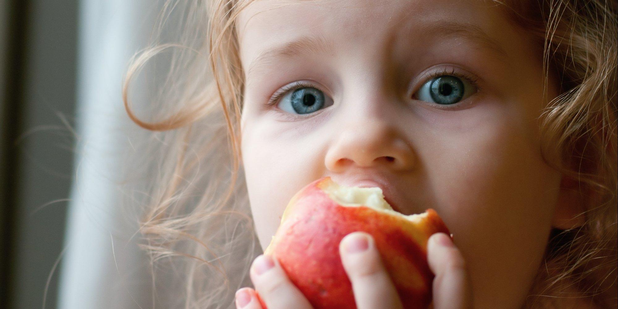 რატომ უნდა გაასინჯოთ ჩვილს თავდაპირველად მწვანე ან ყვითელი ფერის ვაშლი