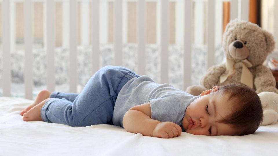 იზრდებიან თუ არა ბავშვები ძილის დროს და როდისაა ჩაძინებისათვის საუკეთესო პერიოდი?